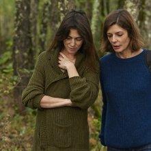 Tre cuori: Charlotte Gainsbourg insieme a Chiara Mastroianni in un momento del film