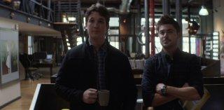 Quel momento imbarazzante: Miles Teller e Zac Efron in una scena