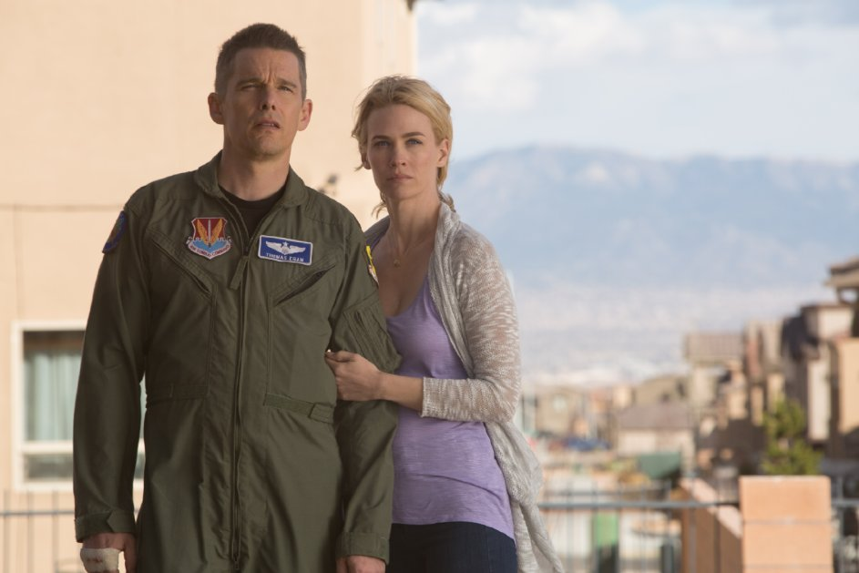 Good Kill: Ethan Hawke e January Jones in una scena
