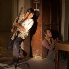 Viggo Mortensen con Reda Kateb si nascondono in una scena di Loin des hommes