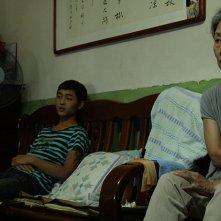 Red Amnesia: Zhong Lü con Hao Qin in un momento del film