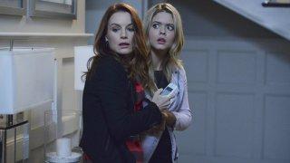 Pretty Little Liars: Sasha Pieterse e Laura Leighton nell'episodio Scream for Me