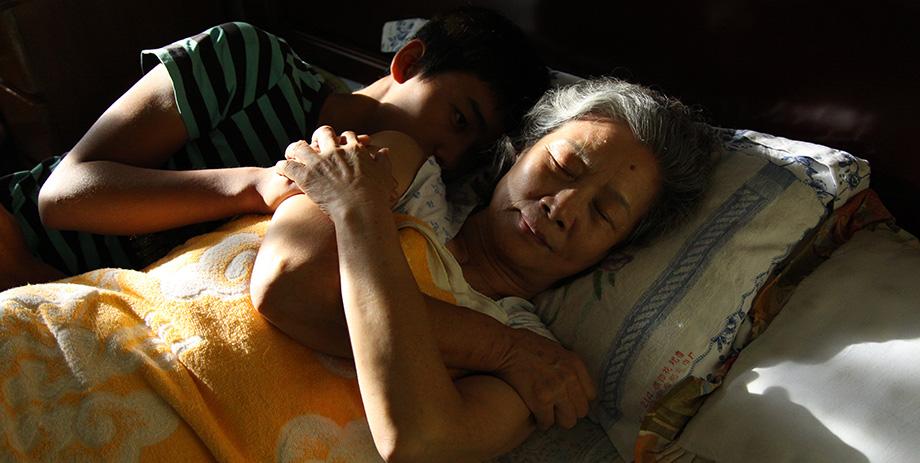 Zhong Lü con Hao Qin in una tenera scena di Red Amnesia