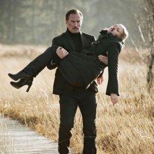Mavie Hörbiger salvata da Benno Fürmann in una scena di A Hitman's Solitude Before the Shot