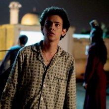 Tawfeek Barhom nei panni di Eyad in una scena di Dancing Arabs