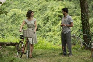 Amore, Cucina e... Curry: Charlotte Le Bon con Manish Dayal in un romantico momento del film