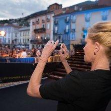 Locarno 2014: Melanie Griffith fotografa la Piazza Grande gremita dal palco