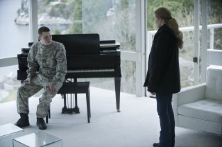 The Killing: Mireille Enos e Tyler Ross nell'episodio The Good Soldier