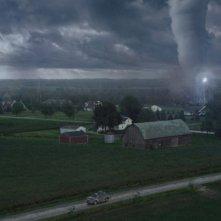 Into the Storm: la minaccia del tornado marcia senza sosta verso le case in una scena del film