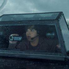 Into the Storm: Nathan Kress incredulo davanti a un tornado in una scena del film