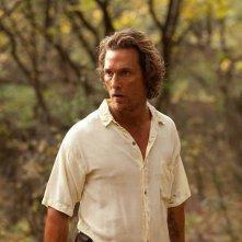 Mud: Matthew McConaughey nei panni del fuggitivo innamorato Mud in una scena