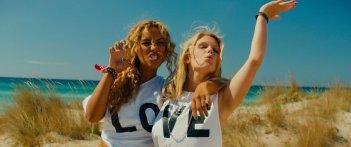 Walking in Sunshine: Leona Lewis con Hannah Arterton in una bizzarra scena del film