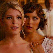Walking in Sunshine: Annabel Scholey e Hannah Arterton in una scena