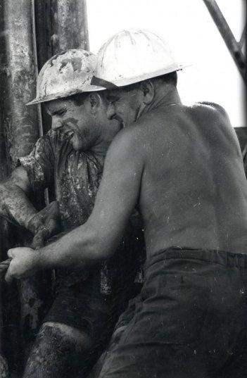 La Zuppa del Demonio: Iran 1959, uomini su una piattaforma petrolifera dell'Eni