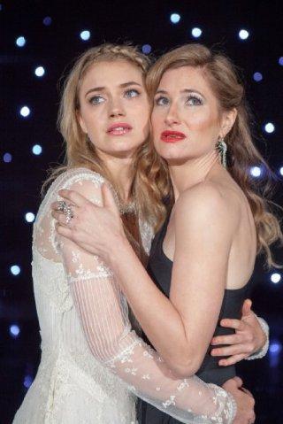 Imogen Poots con Kathryn Hahn in una scena di Tutto può accadere a Broadway