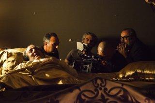 Words with Gods: Álex de la Iglesia con i suoi attori sul set dell'episodio The Confession