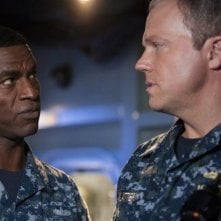 The Last Ship: Charles Parnell e Adam Baldwin nell'episodio Two Sailors Walk Into a Bar...