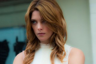 Ashley Greene, la fidanzata zombie, in una scena di Burying the Ex