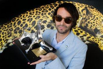 Alex Ross Perry, regista di Listen Up Philip, stringe in mano il premio speciale per la regia a Locarno 2014