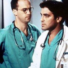 E.R. - Medici in prima linea: George Clooney e Anthony Edwards in una scena