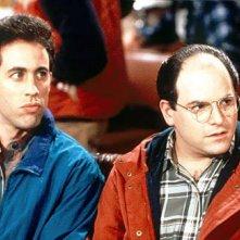 Seinfeld: Jerry Seinfeld e Jason Alexander in una scena della serie