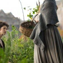 Outlander: Caitriona Balfe e Lotte Verbeek nell'episodio Castle Leoch