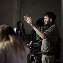Il regista Adrián Biniez sul set del suo film, El 5 de Talleres