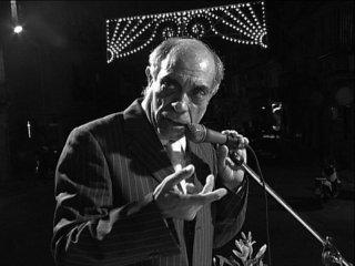 Ciccio Mira, cantante neomelodico palermitano, in una scena di Belluscone, una storia siciliana
