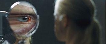 Goodnight Mommy: Susanne Wuest allo specchio in una scena del film
