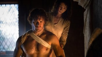 Outlander: Caitriona Balfe e Sam Heugham in una scene dell'episodio Castle Leoch