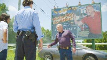 Under the Dome: un'immagine di Dean Norris nell'episodio Awakening