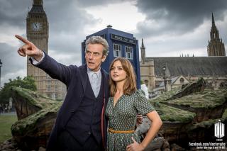 Doctor Who: Peter Capaldi e Jenna-Louise Coleman a Parliament Square in una foto promozionale per l'ottava stagione