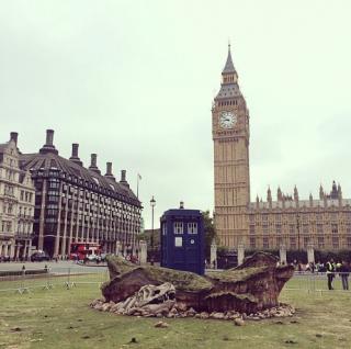 Doctor Who: il TARDIS in Parliament Square in una foto promozionale per l'ottava stagione
