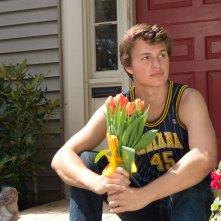 Colpa delle stelle: Ansel Elgort aspetta la sua amata in una scena del film
