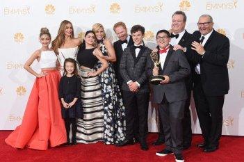 Emmy 2014: il cast di Modern Family con l'Emmy (il quinto di fila) per la migliore comedy series