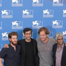 Venezia 2014: Andrew Garfield e Michael Shannon posano con Ramin Bahrani ed il produttore Ashok Amritraj al photocall di 99 Homes