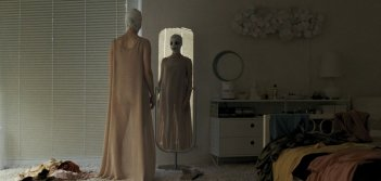 Goodnight Mommy: Susanne Wuest in una scena dell'horror