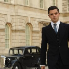Fleming - Essere James Bond: Dominin Cooper durante una scena
