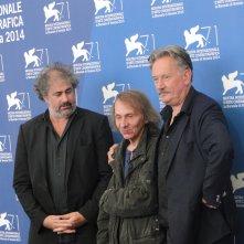 Venezia 2014: i registi Gustave Kervern e Benoît Delépine posano con Michel Houellebecq al photocall di Near Death Experience