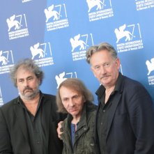 Venezia 2014: i registi Gustave Kervern e Benoît Delépine con Michel Houellebecq al photocall di Near Death Experience