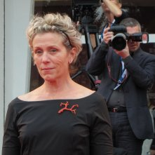 Frances McDormand sul tappeto rosso di Venezia 2014 per Olive Kitteridge