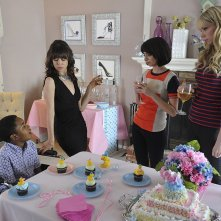 Garfunkel and Oates: Riki Lindhome con Kate Micucci nell'episodio Eggs