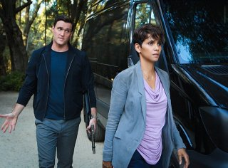 Extant: Halle Berry e Owain Yeoman nell'episodio A Pack of Cards