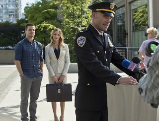 Arrow: Stephen Amell, Paul Blackthorne, Katie Cassidy nell'episodio The Calm