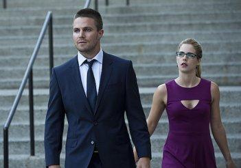 Arrow: Stephen Amell e Emily Bett Rickards nell'episodio The Calm