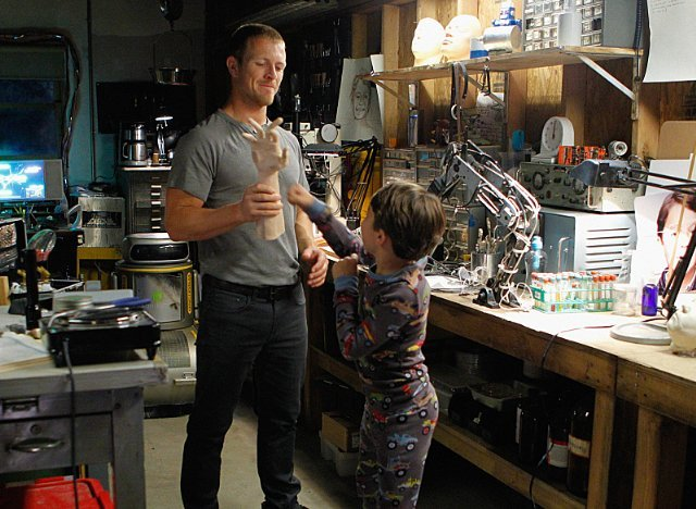 Extant: Pierce Gagnon in una scena dell'episodio Care and Feeding