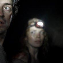 Necropolis - La città dei morti: Perdita Weeks insieme a Ben Feldman in una scena del film