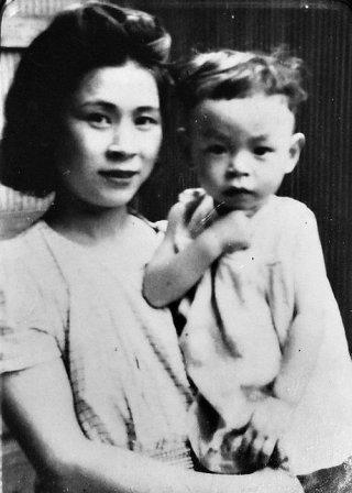 Una preziosa immagina del piccolo Hayao Miyazaki con la madre
