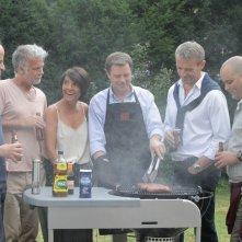 Barbecue: una scena di gruppo davanti alla griglia