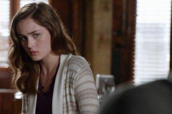 Under the Dome: Grace Victoria Cox inuna scena dell'episodio The Fall